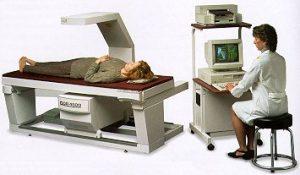 En knoglescanning kaldes også en DEXA scanning og bruges til at undersøge for knogleskørhed