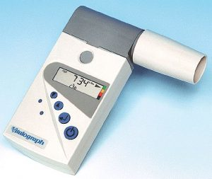Et peakflowmeter bruges til en peak-flowmåling